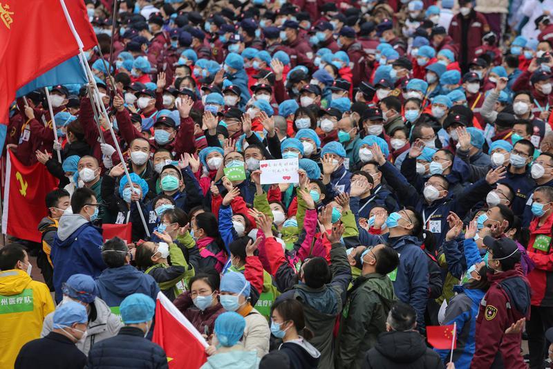 武汉医护人员庆祝方舱医院病人全部出院