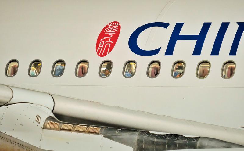华航武汉专机载169旅客返抵桃园机场(图片来源:中央社)