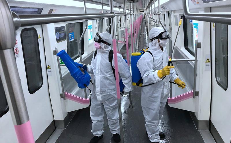 武汉清洁人员正对地铁车厢进行消毒, 准备3月28日复驶。(图片来源:中央社)