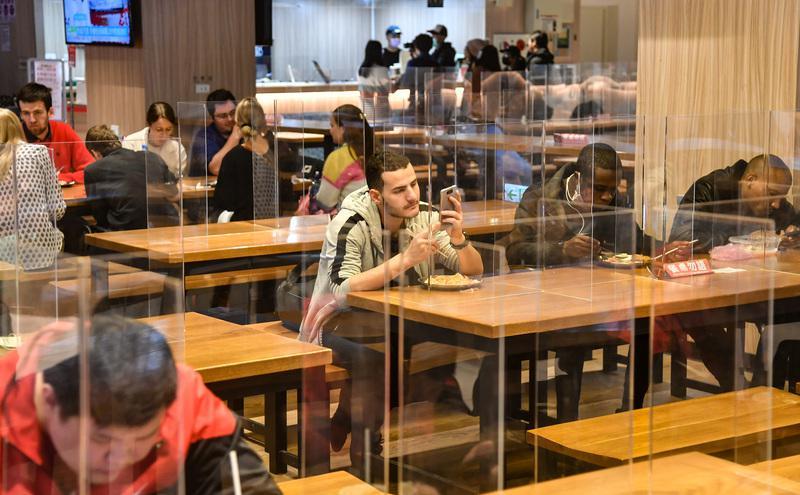 台湾科技大学加强校园防疫,在餐厅用餐区加设透明隔板。