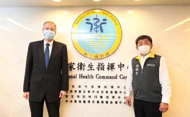 美国在台协会处长Brent Christensen拜访中央流行疫情指挥中心