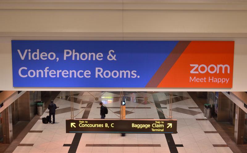 Zoom 广告展示在丹佛国际机场(图片来源:Raysonho,wiki,CC0)