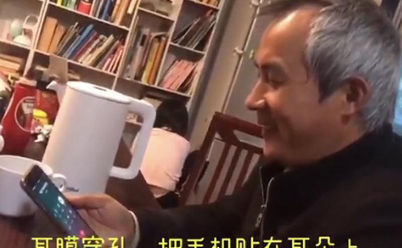 李和平与刚出狱的709律师王全璋通话。王全璋表示,自己在监狱里被弄得耳穿孔,目前屋外楼道里全是看他的人。(王峭岭推特视频截图)