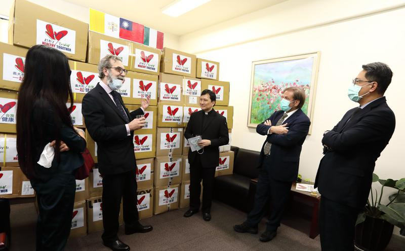 台湾3日捐赠给义大利护目镜等防疫物资。
