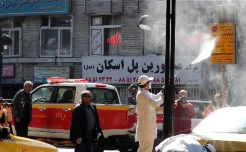 伊朗首都德黑兰的防疫人员3月5日在一条街道上消毒。