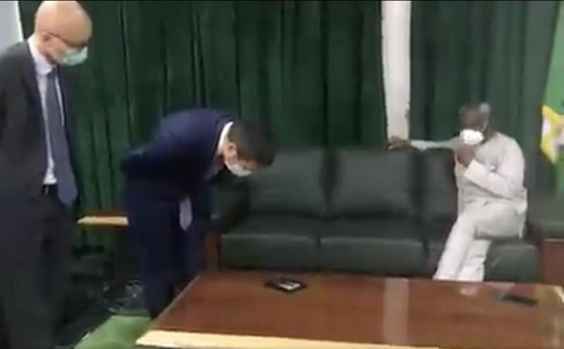 周平剑被指在会中鞠躬道歉的截图于网路热传。