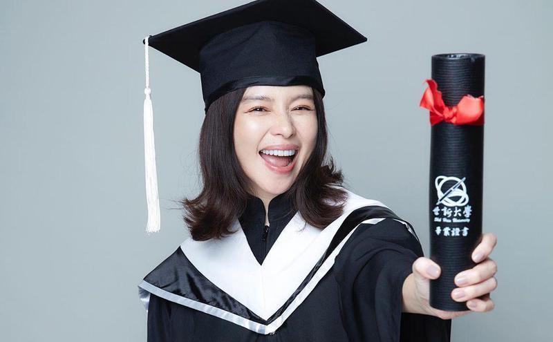 徐若瑄去年拿到学位书开心拍照片留念。