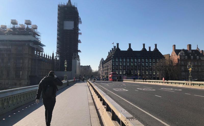 图为英国西敏桥上人车稀少景象(图片来源 :中央社)
