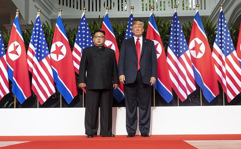 朝鲜领导人金正恩与美国总统川普合照。