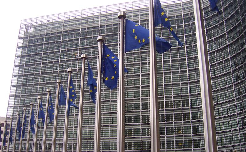 在欧盟布鲁塞尔总部大厦外飘扬的欧盟旗帜