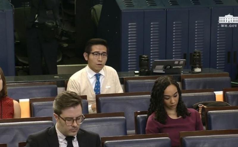 中国上海东方卫视驻白宫记者张经义(后排中间)。(图片来源:美国白宫影片截图)