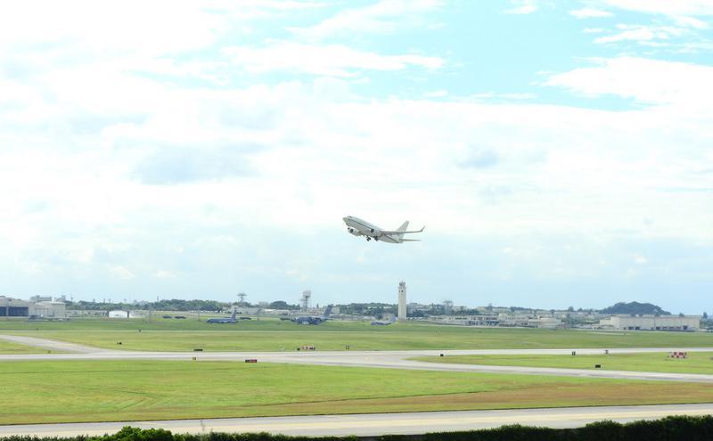 美军C-40A运输机冲绳起飞(图片来源:中央社)