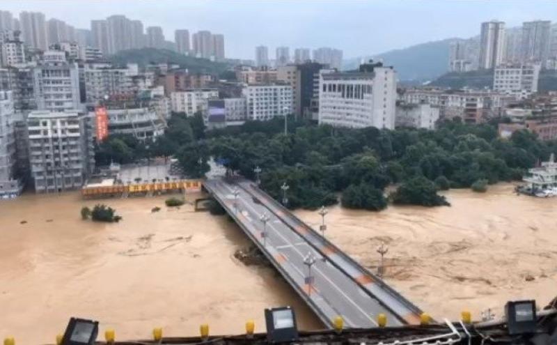 洪峰正陆续通过綦江大桥