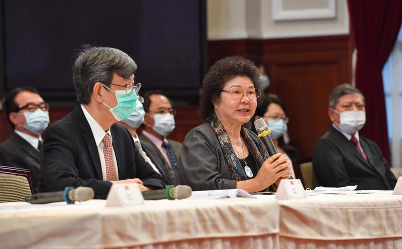 台湾前总统府秘书长陈菊(中)被提名为监察院长。