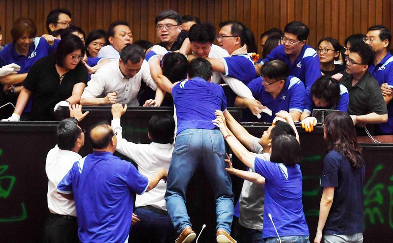 立法院上演蓝绿立委强夺主席台