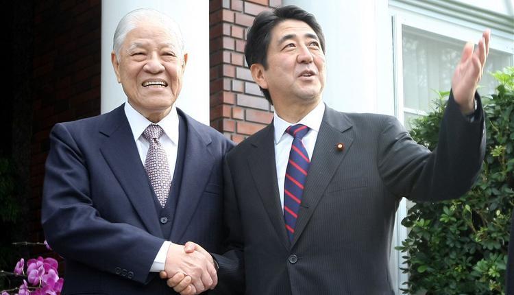 台湾前总统李登辉(左)与日相安倍晋三(右)