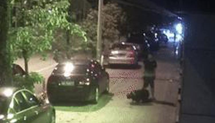 广西南宁一男子殴打小区保安半小时