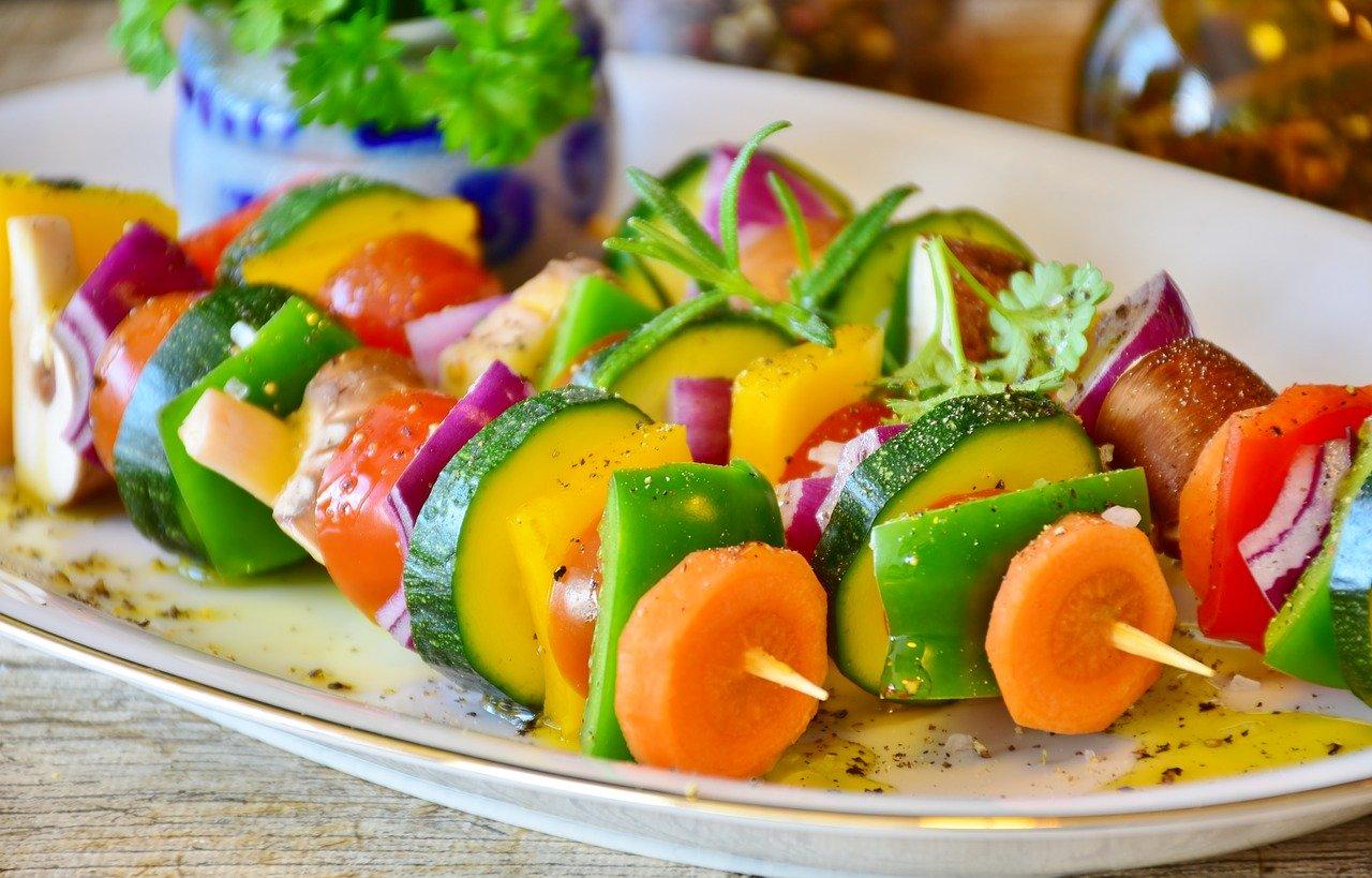 蔬菜,卡路里,减重,减肥,健康饮食,串烧,胡萝卜,青椒,洋葱,番茄,西葫芦,蘑菇