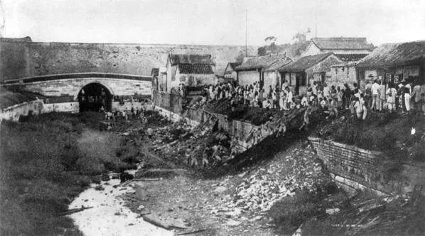 1900年,英军从沙窝门的下水道进京,百姓皆在侧围观
