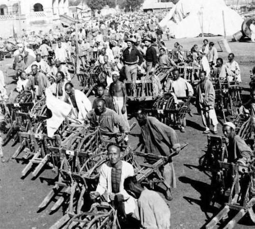 1900年联军进入天津,民众推独轮车为联军运粮