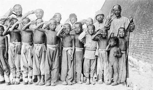 1900年,北京民众与联军合影