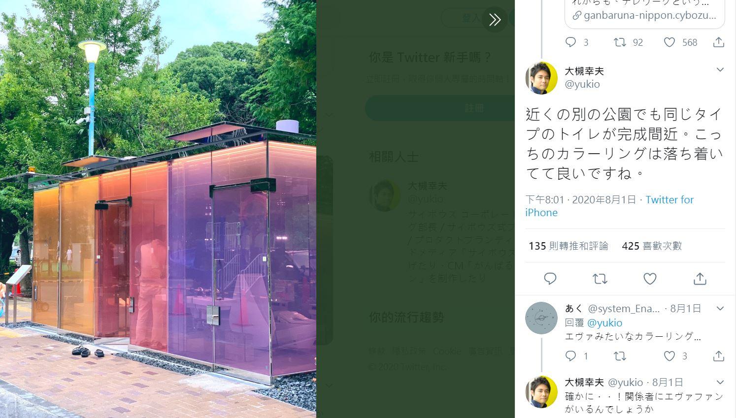 """日本另一处""""透明厕所""""则呈现橘色、红色、紫色三个隔间。"""