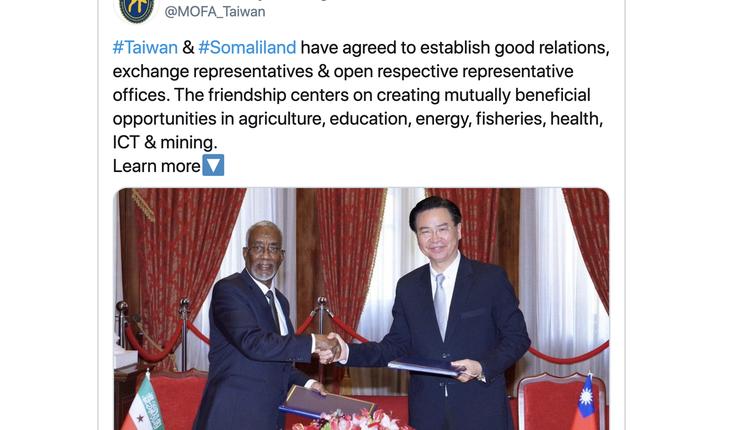 台湾外交部长吴钊燮(右)与索马利兰外长穆雅辛(左)签署议定书,同意互设官方代表机构