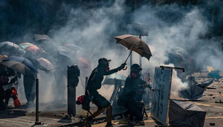 香港理工大学的抗争者遭警发射催泪瓦斯