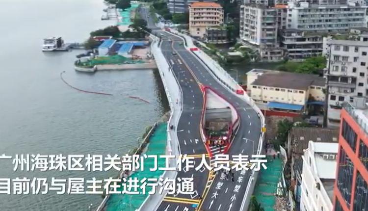 广州海珠涌大桥通车后中间竟横着钉子户