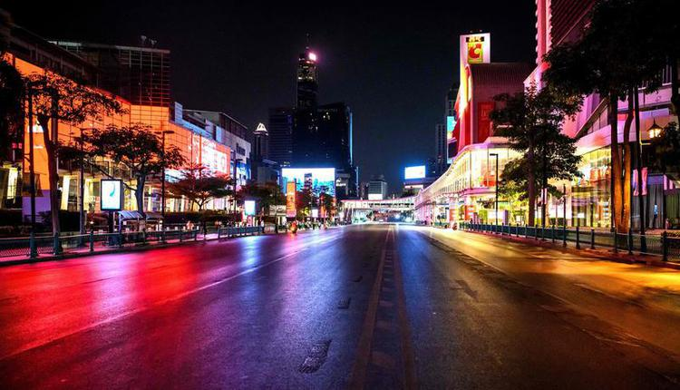 图为曼谷最繁华的central world商圈在今年宵禁时晚间空无一人的景象。