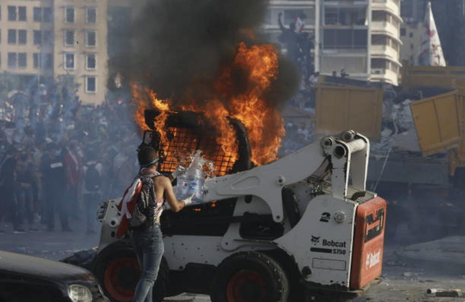 黎巴嫩民众烧毁车辆表示抗议(图片来源:Marwan Tahtah/Getty Images)