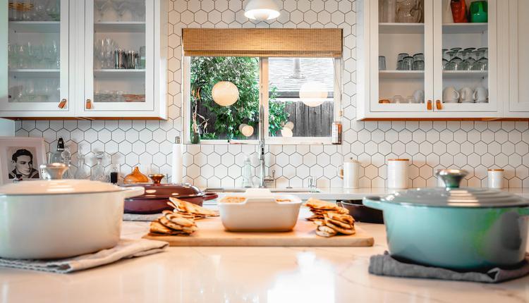 厨房是一个能提升居家幸福感的地方,它承载着一日三餐与煎炸烹煮的重要任务。
