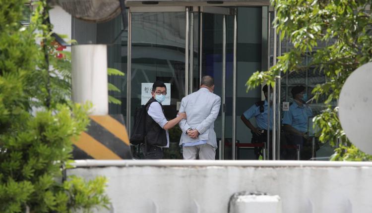 壹传媒创办人黎智英遭警方押入壹传媒大楼