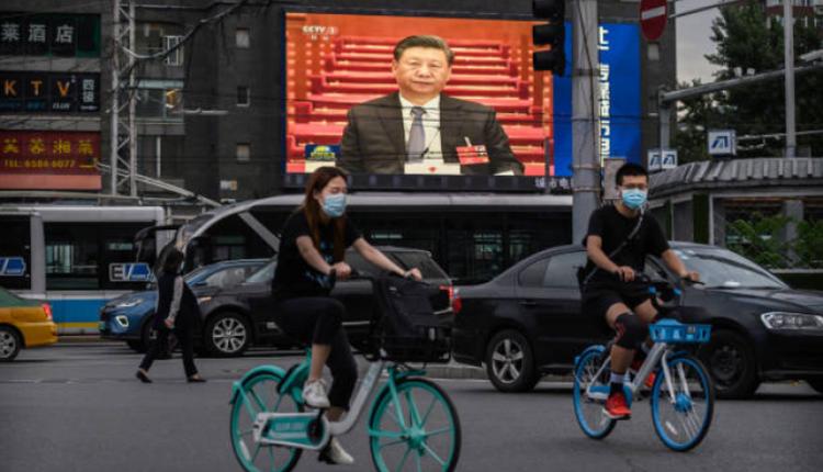 北京一个大型广告屏幕正在播放习近平讲话
