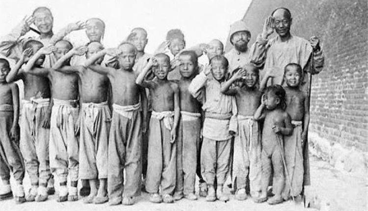 1900年,北京民众与联军合影(图片来源:公有领域)