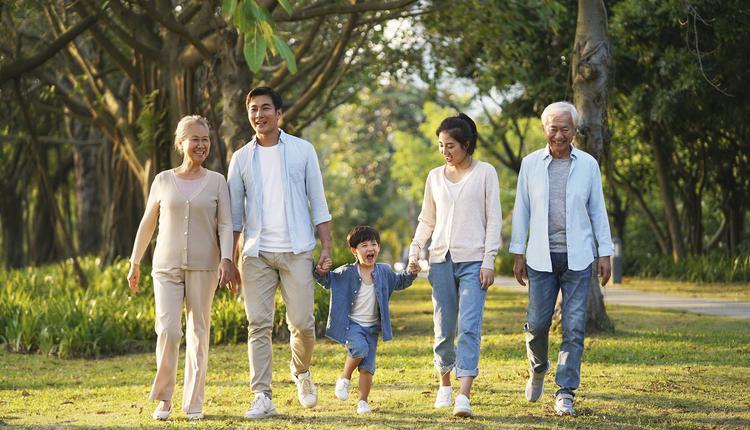 亚裔家庭公园里散步
