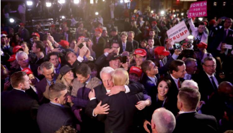 美国总统川普与弟弟罗伯特在造势大会上拥抱