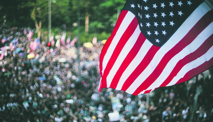 成千上万挥舞著美国国旗的抗议者游行到香港美国领事馆,要求川普政府提供帮助。