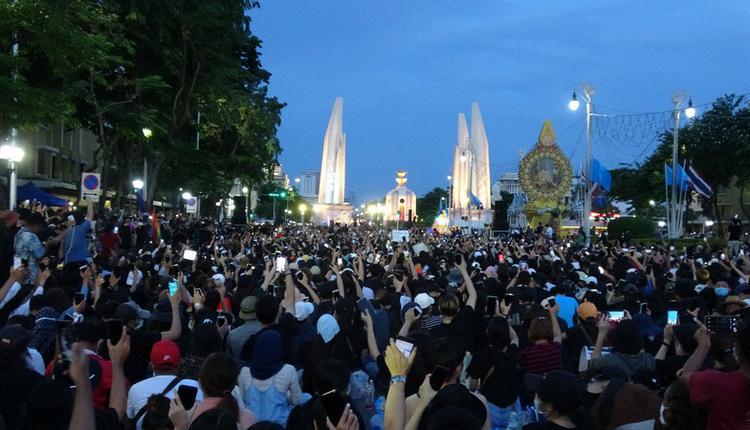 泰国示威活动8月16日晚间在民主纪念碑前举行