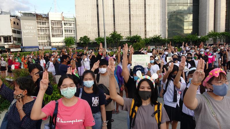 """7月30日民众聚集在泰国首都曼谷的达信大帝纪念碑前的""""跑吧哈姆太郎!""""示威活动"""