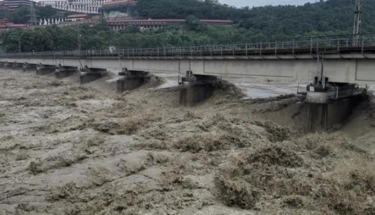 """图为涪江大桥桥墩17日已快要被滚滚黄流淹没。(取自微信公众号""""四川发布"""")"""