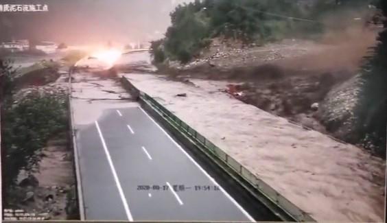 中国大陆四川省都汶高速公路簇头沟17日发生土石流,导致道路双向中断。