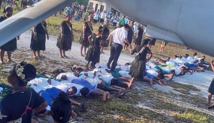 """中国驻基里巴斯大使唐松根近日在基里巴斯接受踩背而过的""""人肉地毯""""欢迎仪式"""