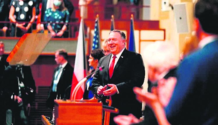 2020年8月12日,蓬佩奥来到捷克共和国参议院发表演讲。