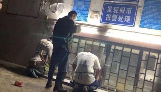 """南宁又现""""丁义珍式窗口"""",市民办事要半蹲甚至跪下"""