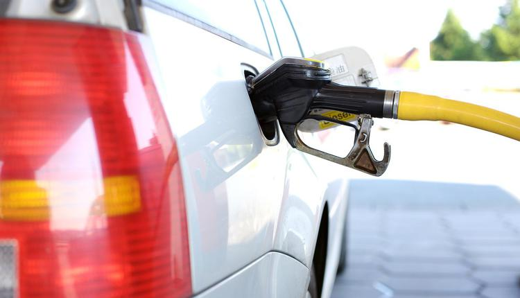 汽车在加油站加油