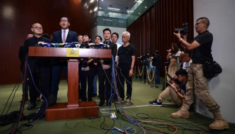 林卓廷与许智峰(后右二)在立法会会见记者