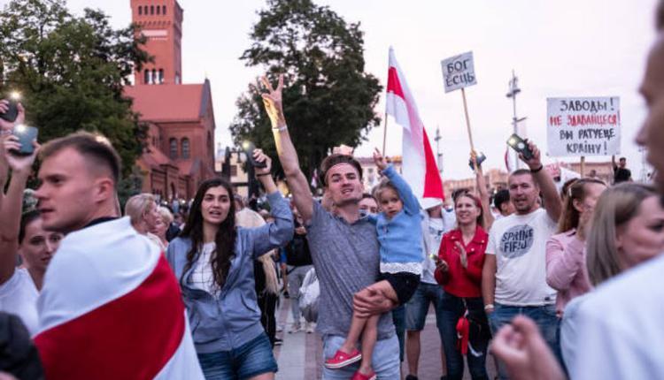 白俄罗斯民众在明斯克市于2020年8月18日举行的反卢卡申科集会