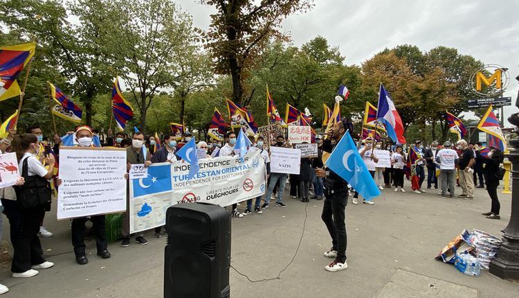 中国外长抵达法国  民众集结呼吁马克宏表态