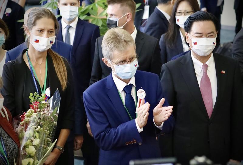 捷克参议院议长维特齐(Miloš Vystrčil)(中)与台湾外交部长吴钊燮(右)